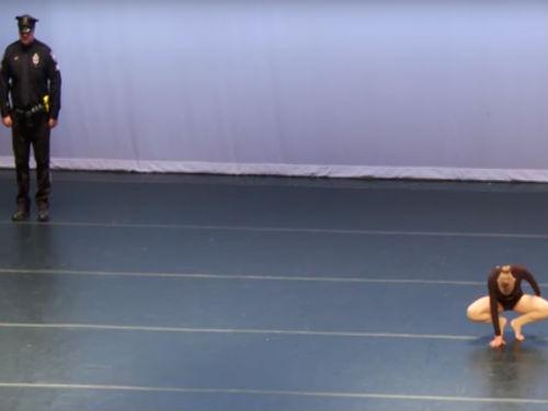 警察在舞蹈家表演時站在角落,她轉過頭「強大收尾」觀眾秒噴淚!