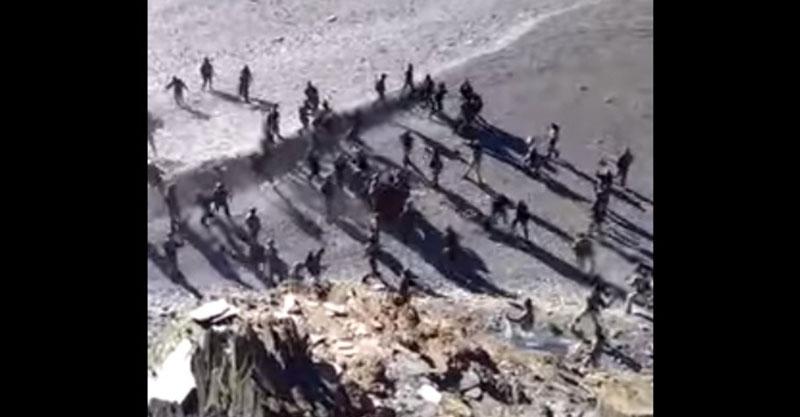 中國跟印度已經開戰了?!軍人被拍到在海灘拿石頭砸對方打成一團!(影片)