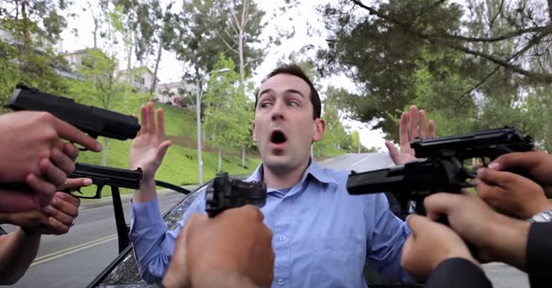 警察攔下一名綁架案嫌犯,拿槍逼問「小女孩在哪時」網友都邪惡的笑了!
