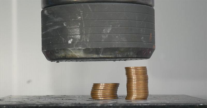液壓機挑戰「一疊銅幣」,下去後讓你感到前所未有的「非法」紓壓感!