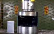 液壓機一壓下行動電源,讓人考慮該禁止帶上飛機!