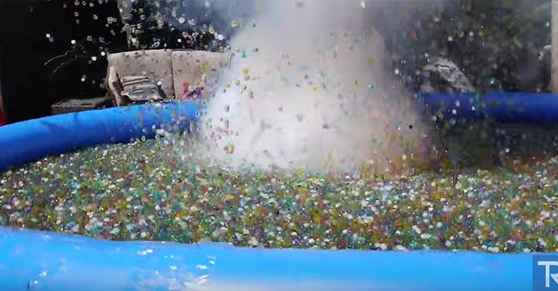 他把一顆「鈉金屬炸彈」丟到一池的水晶寶寶裡,沒沉下去往下壓的時候... (影片)