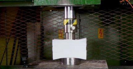 液壓機用「比飛機重」的壓力挑戰1500張白紙,是麥可貝導的嗎? (影片)
