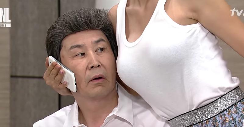 洪真英韓國17禁深夜節目上「塞乳架電話」讓男子耳朵爆紅!注意 2:17 有深溝!