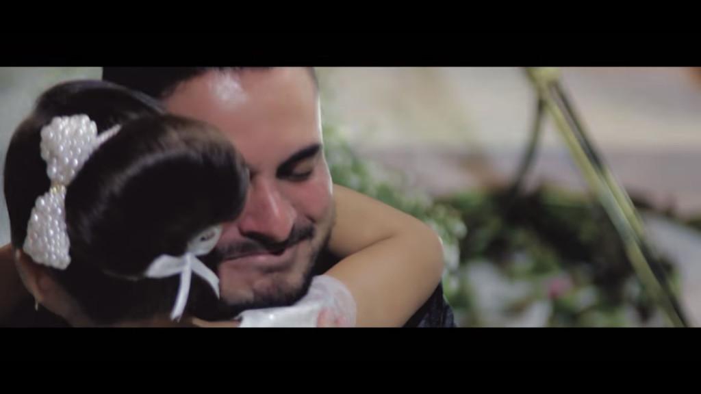 新郎唸誓詞和新娘說「我愛上了別人」,對方現身後他「單膝下跪告白」新娘淚崩!