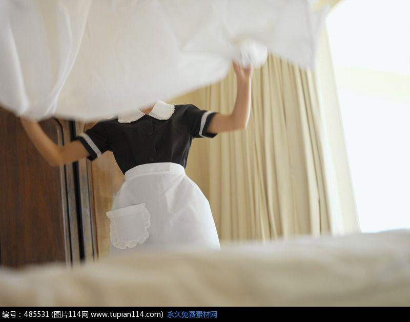 他懷疑女傭偷竊裝針孔卻拍到「她躺床上開始自.慰」,老婆進來跟她交談後就「被同化了」...