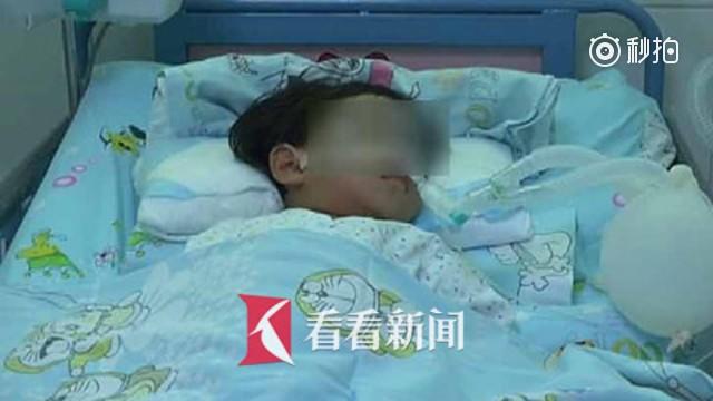 妹妹站著睡著了!2歲童遭窗簾繩「勒到臉鐵青」,4歲姊告狀爸爸:「拿橘子給她都不吃。」