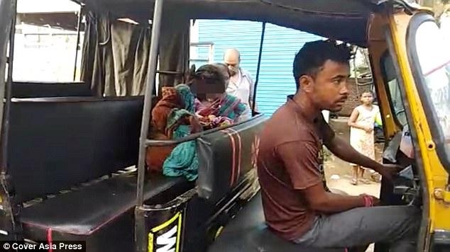 印度少女懷孕慘遭男友家人拋棄,醫院也拒收「當街產子」!拖著臍帶蹲路邊...(影片)