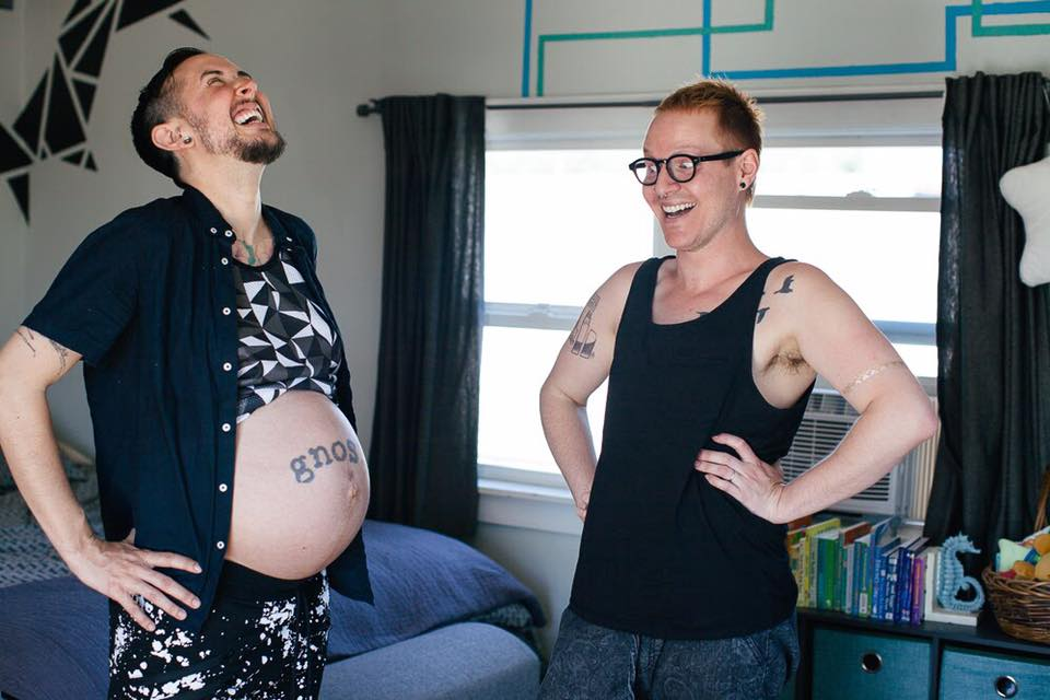 34歲的男子順利生下一名健康的寶寶!他老公:人生中最快樂的時刻!