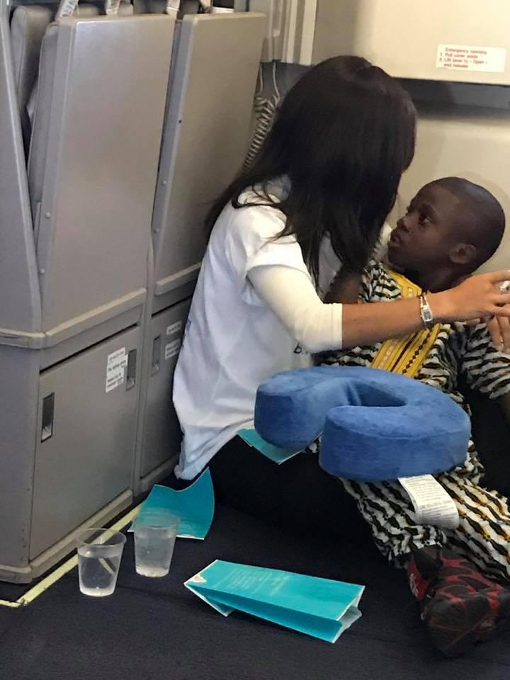 自閉男孩機上「崩潰哭鬧」爸媽沒辦法,陌生女子牽起手「把他帶到到角落」...