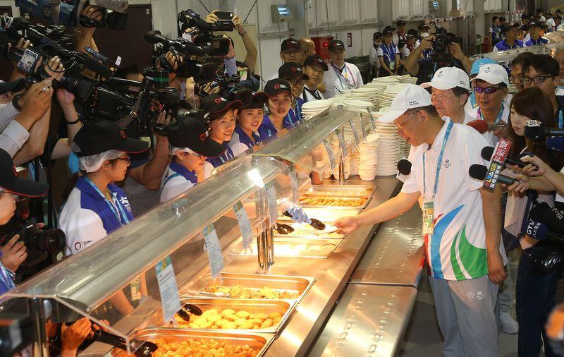 世大運選手超能吃!一餐吃掉200kg鹹酥雞+110kg牛肉麵,主廚「深夜心累PO文」讓網友好心疼!