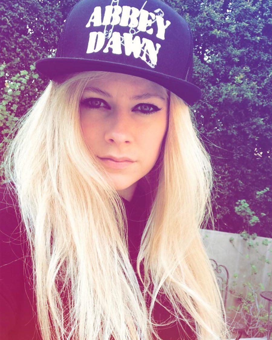 街頭直擊「野生艾薇兒」罕見被街拍,粉絲驚呼32歲的她比出道時「更年輕」!
