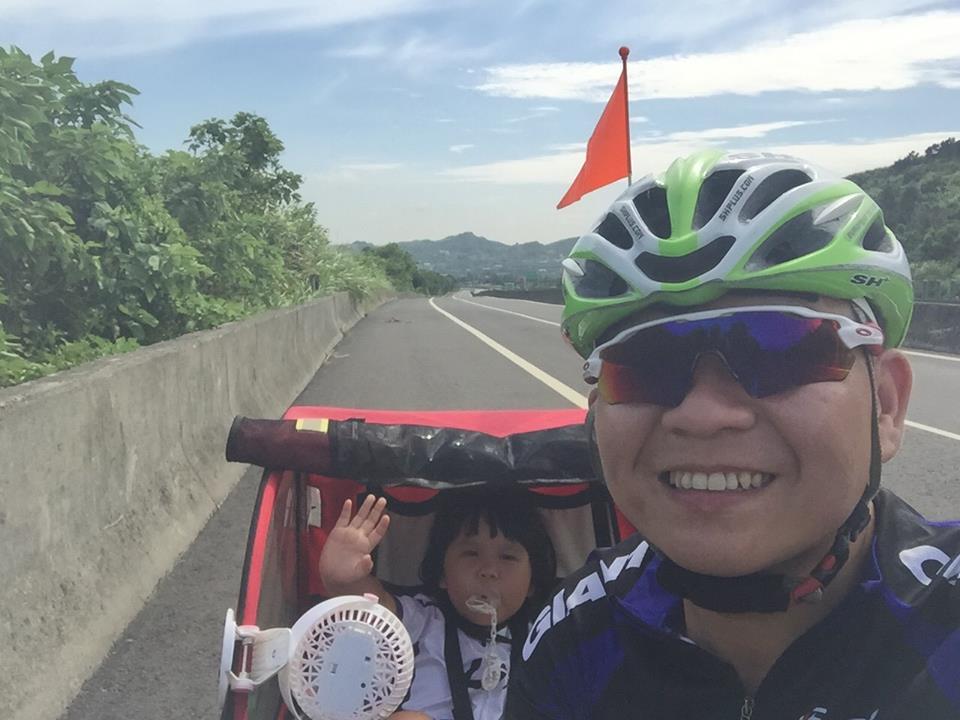 勇猛老爸騎單車帶女兒「環島14天」,「幫死去車友完成心願」成為最美回憶!