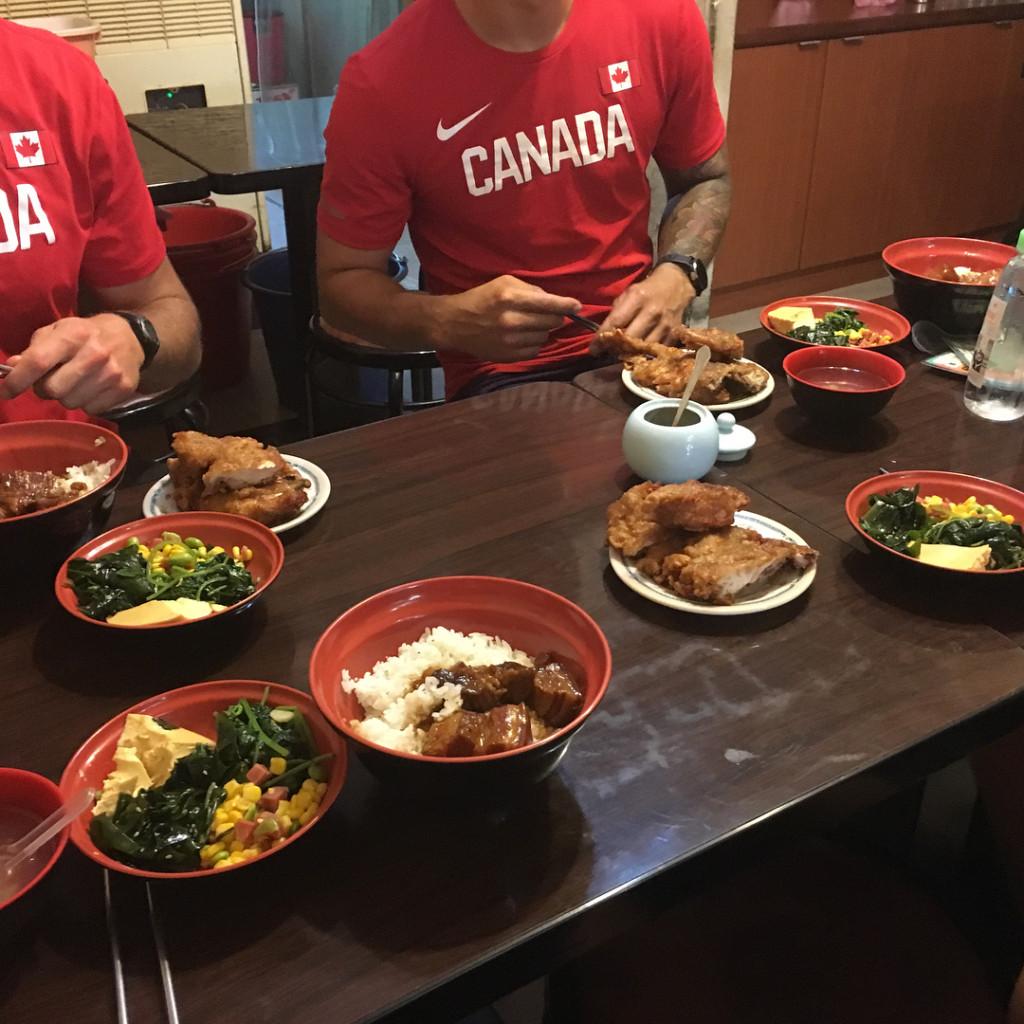 世大運加拿大選手跑去吃這家滷肉飯還打卡!網友大讚:比台灣人還內行!