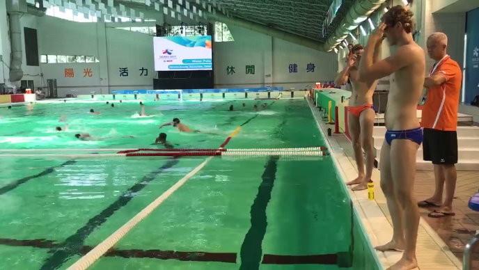 女粉都瘋了...荷蘭水球隊「大肌肌」配小褲褲超鮮,「賽後放鬆照」洗爆FB!