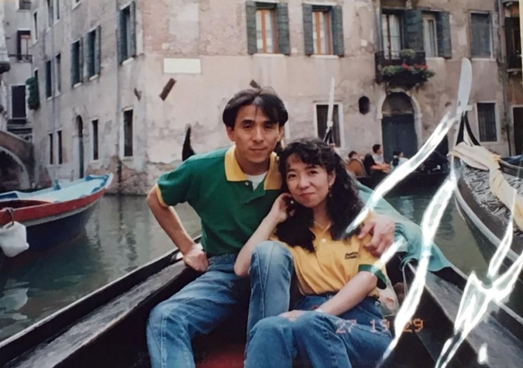 老爸18年來堅持穿「破爛POLO衫」...她整理照片驚見「情侶裝舊照」瞬間淚崩了!