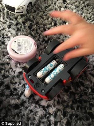 3歲兒子為了玩具車大喊:「媽咪,我找到電池了!」但媽媽看見「真相」之後卻笑到不行!