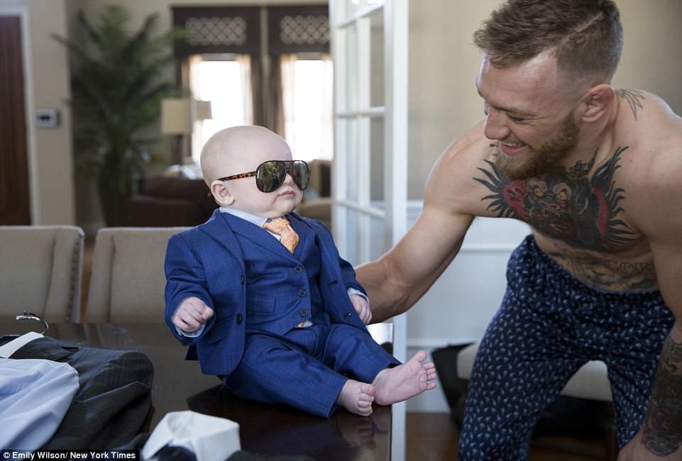 「格鬥天王」康納·麥葛瑞格慣例訂製新西裝,不過這次卻是迷死人的「親子限定版」!