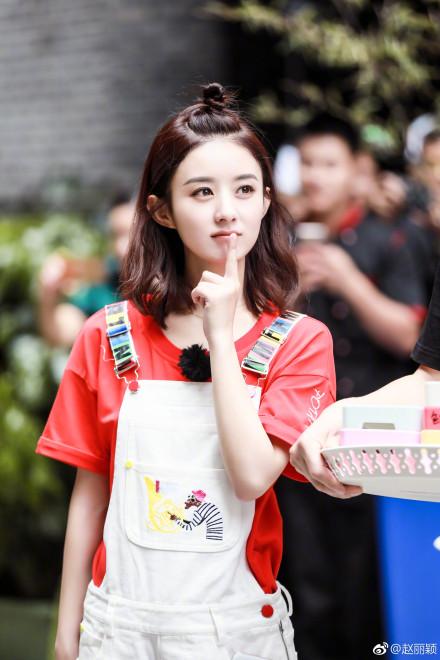 趙麗穎火辣穿低胸禮服「露身材」,網友傻眼:「好平!」