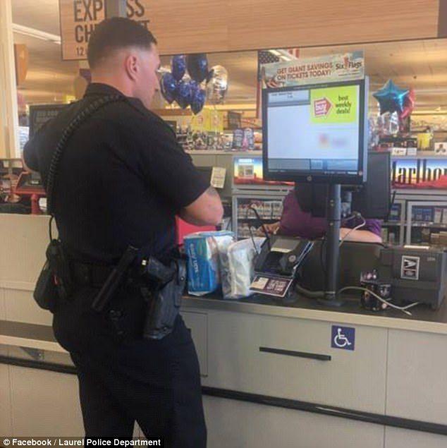 抓到20歲單親媽偷尿布,菜鳥警不逮捕「霸氣自掏腰包」直接買單!