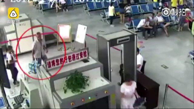 50歲男行李過安檢驚見「2隻人體手臂」,其實很感人。