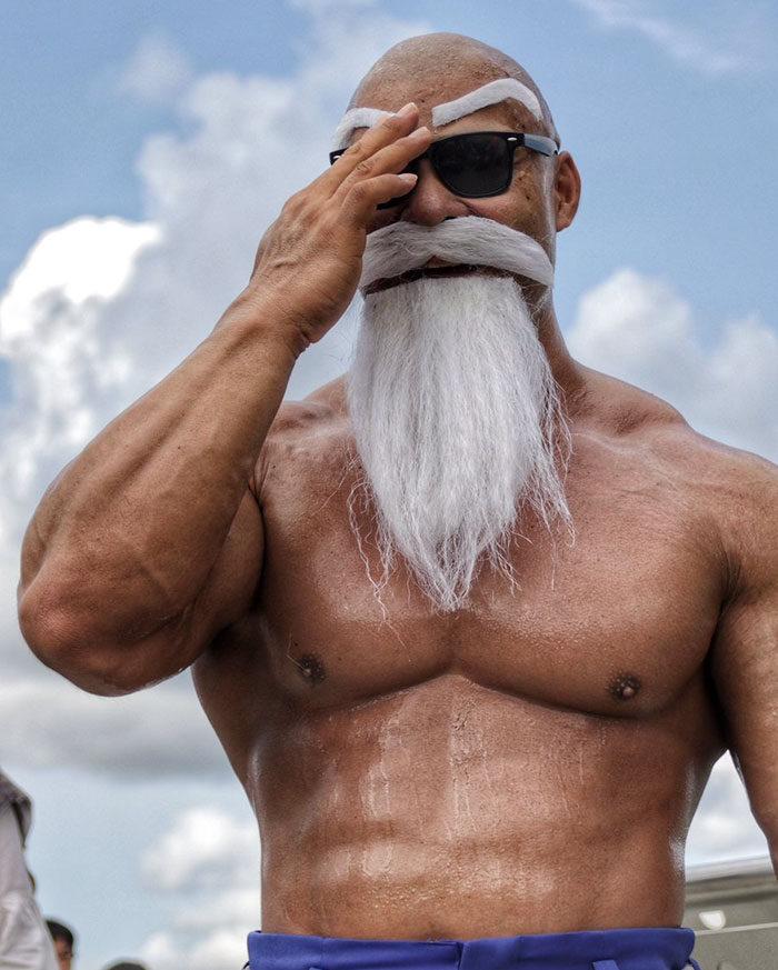 「爆肌龜仙人」狠奪全場目光,本尊竟是「毛髮濃厚」的鋼型帥哥! (9張)