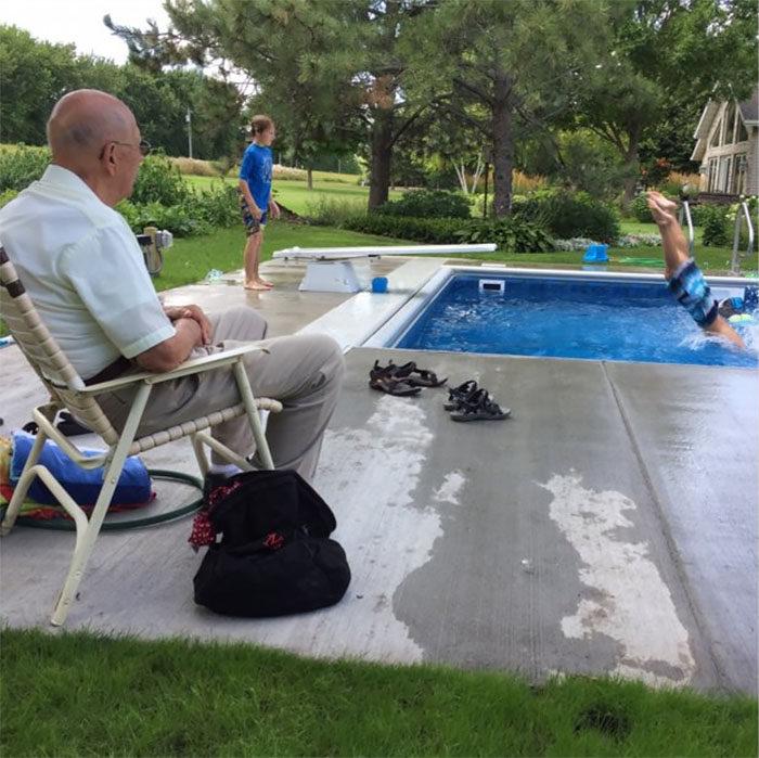 94歲法官在太太過世後太寂寞,蓋了一座「超暖游泳池」一群小孩每天來陪他!