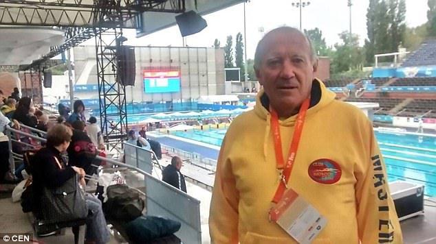 槍響後游泳選手「不肯跳水」獨自站了1分鐘,「放棄金牌」為巴塞隆納恐攻默哀一分鐘!(影片)