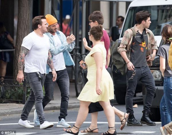 老爸你讓我好糗!赴紐約陪長子上學「貝克漢像痴漢瘋狂跟拍」,布魯克林「超尷尬表情」讓全網笑翻!