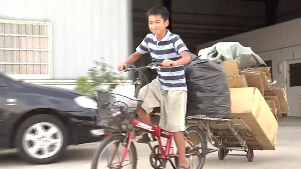 嬤罹癌父失明,12歲童拼命撿回收「用暑假換學費」!他:先存上學期,下學期的再想辦法。