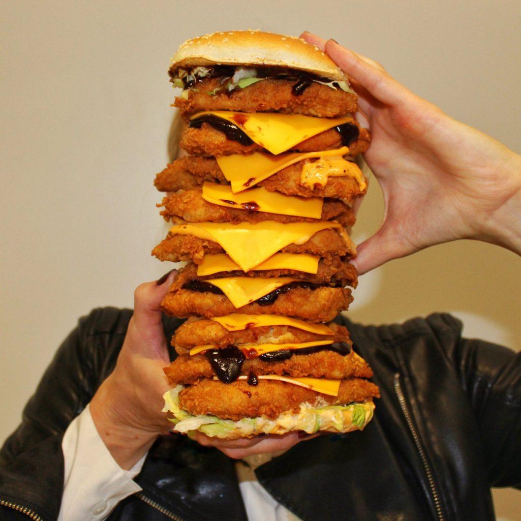 心理學研究:吃肯德基的都是「邊緣人」!他們需要「肯德基爺爺」填補空虛!
