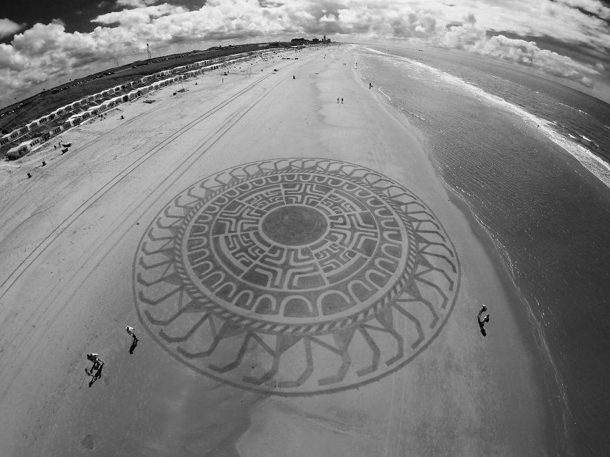 他從小在海灘上畫出讓路人以為是「外星人畫出來的超美沙灘」藝術!#18 密集恐懼發作!(30張)