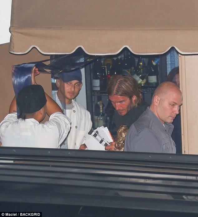 最帥老爸中年危機!42歲貝克漢被拍到「驚人圓形禿」!消息人士爆:「梳油頭戴帽」都是為了掩蓋...
