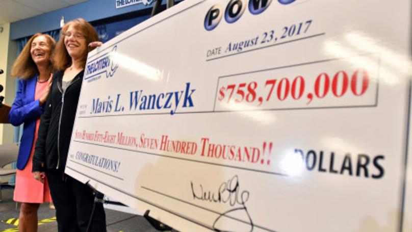 身價超越碧昂絲!53歲女中樂透頭獎「獨得227億」,秒打給老闆:「老娘不幹了」錢她打算這麼用!
