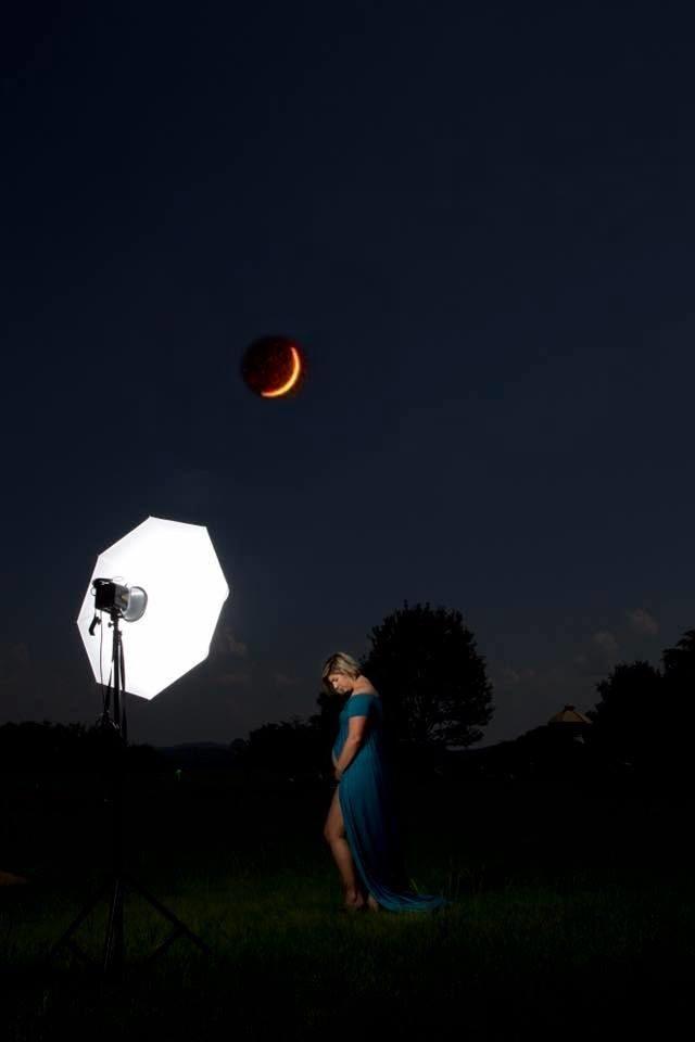孕婦挑戰「在日全蝕下拍孕照」!關鍵幾秒攝影師決定「閉上眼睛」成果美到像「希臘神話」!