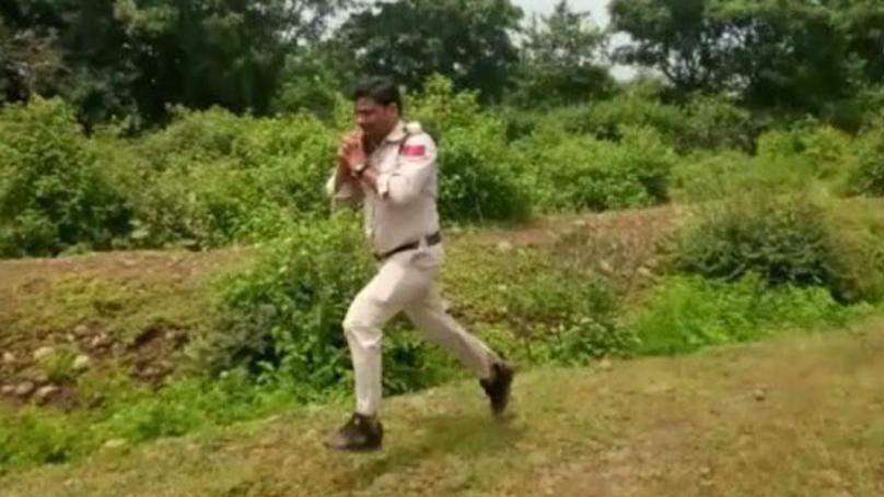 偉大警官抱著「隨時都會爆炸的炸彈」拼命奔走1公里,只為拯救400名學生!(影片)