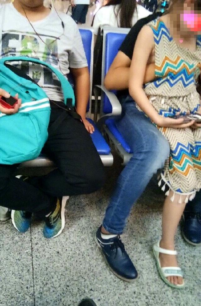 又揉又摸!小妹坐在哥哥腿上慘被摸摸樂,摸完後他就GG了!