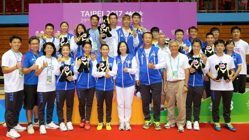 這就是台灣人!女網友感嘆民眾只想跟「冠軍美女」合照,其他選手怒:台灣人只挑有得名的...