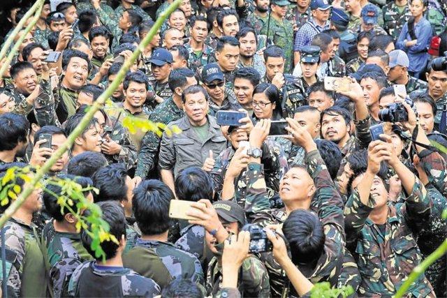杜特蒂超熱血對菲律賓士兵喊話「打倒IS就去香港玩」,網友卻驚見「台灣藝人」底下自拍!