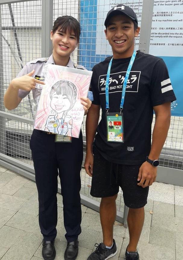 世大運印尼鮮肉選手煞到正妹女警,空檔「飆去西門町」買Q版畫送她!網友:「很可愛」