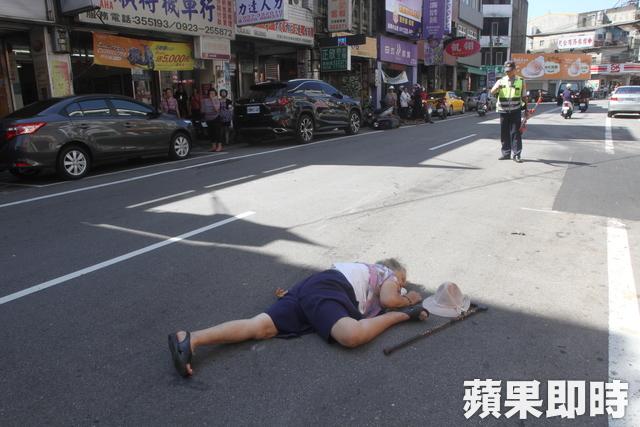 阿嬤搶快「拄拐杖橫衝馬路」,下秒被撞飛「右大腿反折到腰」嚇壞路人!