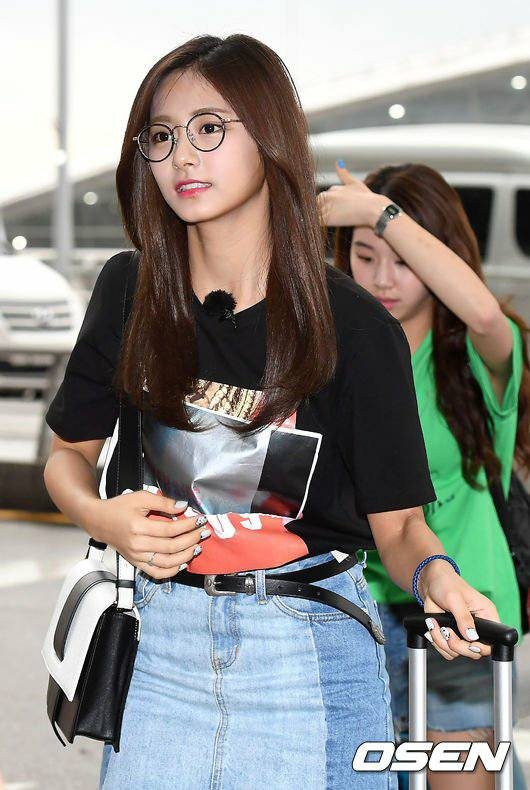粉絲在韓國機場捕捉野生的超濃仙氣「眼鏡妹版」周子瑜!網友:看到本人都認不出來了