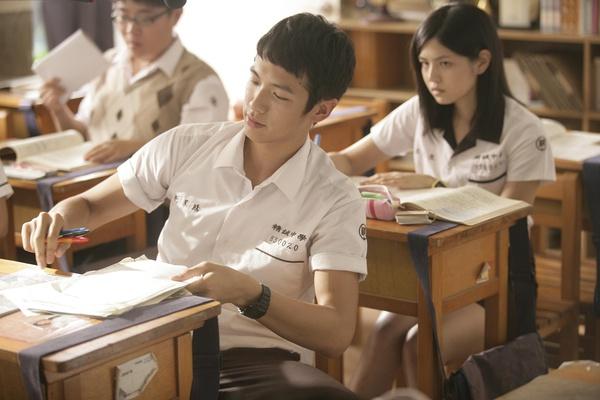 他「苦讀30天拚上電機系」放炮慶祝,網友看到學校:留台灣太可惜了!