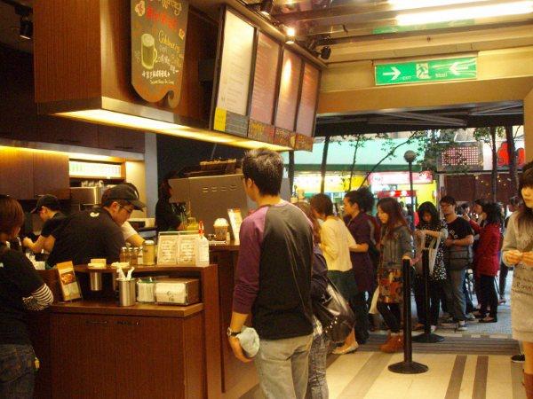 台灣人還是沒水準!看到星巴克這一幕...網友怒批「7 11還比較安靜」