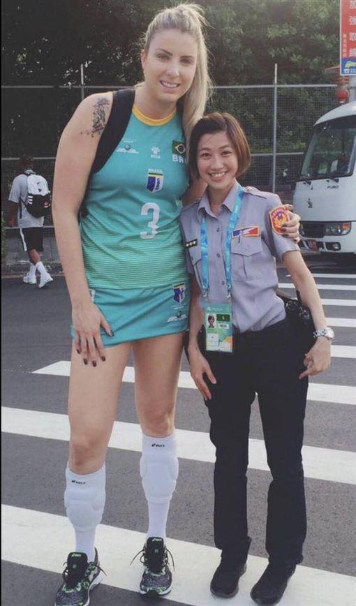最萌身高差!「台灣女神級正妹女警」,美到連國外世大運女選手都搶合影!