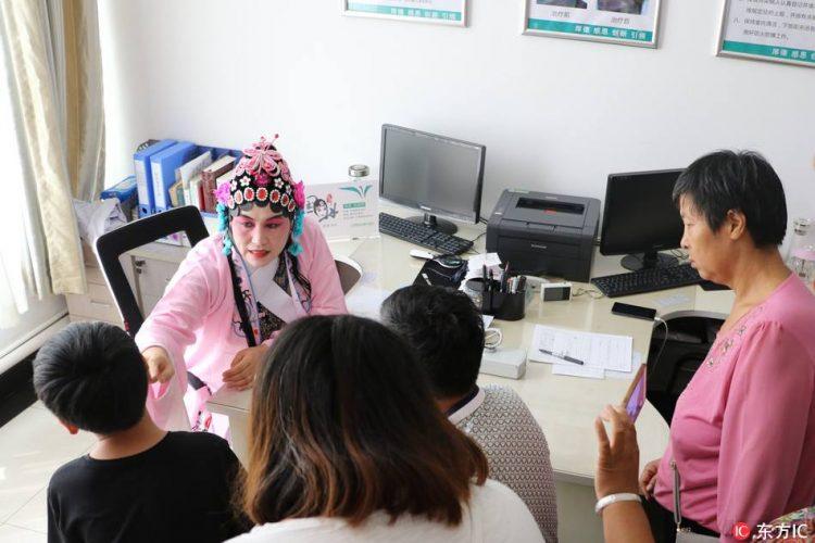 醫生每天打扮成「花旦」來看診,「驚人療效」讓所有的病患都超感謝她!