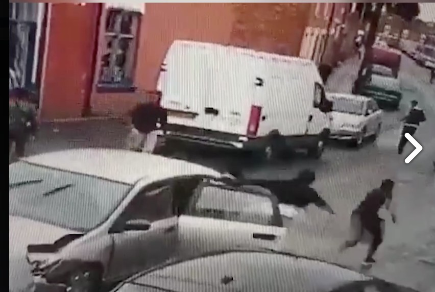 車禍現場拍到肇事的房車裡不斷「噴祖宗18代出來」!網友:「怎麼塞的?!」