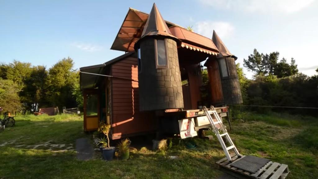看起來像小卡車的「移動城堡」,展開後空間大到都該付地稅了!