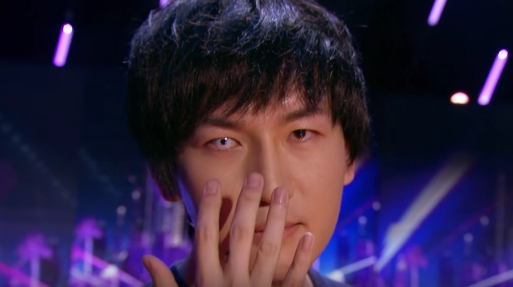 魔術師蔡威澤在《美國達人秀》表演「召喚術」,用冰塊讓過世的鬥魚復活!