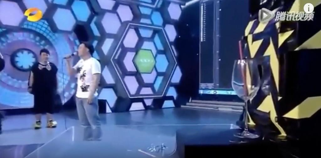 陳奕迅挑戰「用聲音震爆玻璃杯」,不到3秒全場觀眾下跪拜神!